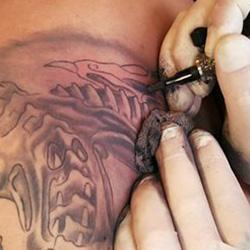 Gel para acalmar a vermelhidão, irritação ou assadura que são provocados por novas tatuagens ou terapias laser para remover tatuagens.